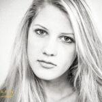 Schwarzweiß-Portrait junge Frau
