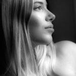 Schwarzweiß Portrait einer jungen Frau