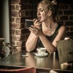 elegante junge Frau im Cafe