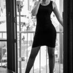 Junge Frau, rauchend auf dem Balkon